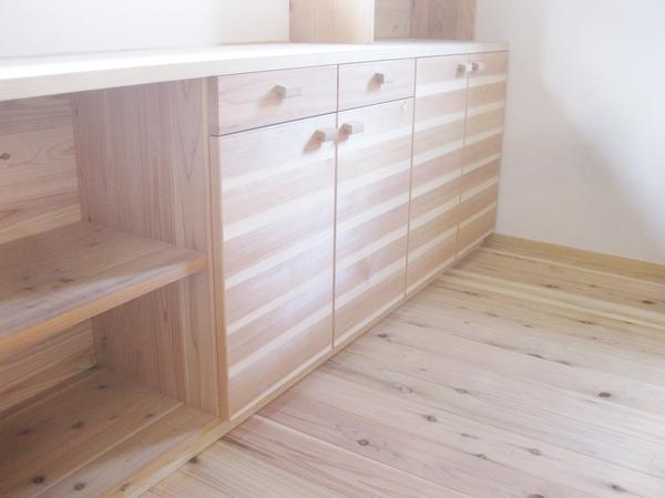 オリジナルの造作食器棚。把手は広葉樹製。