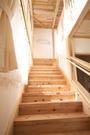 階段はこどもたちの絶好の遊び場。