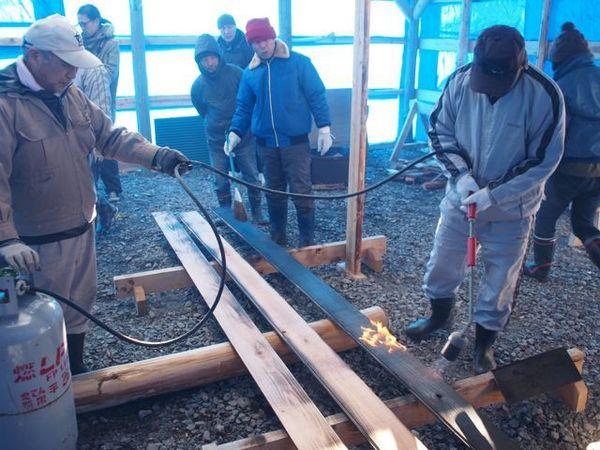 外壁に使う焼き杉は、地元住民がワークショップで作りました。