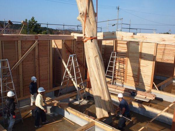 山形県最上町からいただいた大黒柱「こぶしの木」。クレーンで引き上げて設置しました。