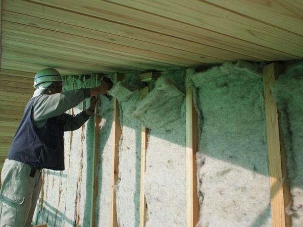 断熱材はウールブレス。大工さんがひとつひとつ丁寧に隙間なく施工していきます。