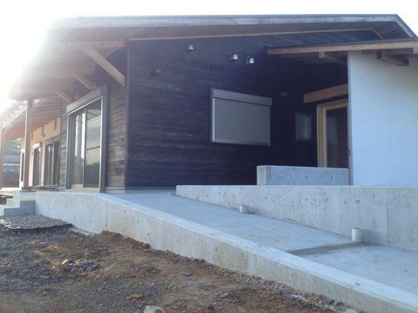 スロープを上って入り口に。住民主体のコミュニティセンター、いよいよ竣工です。