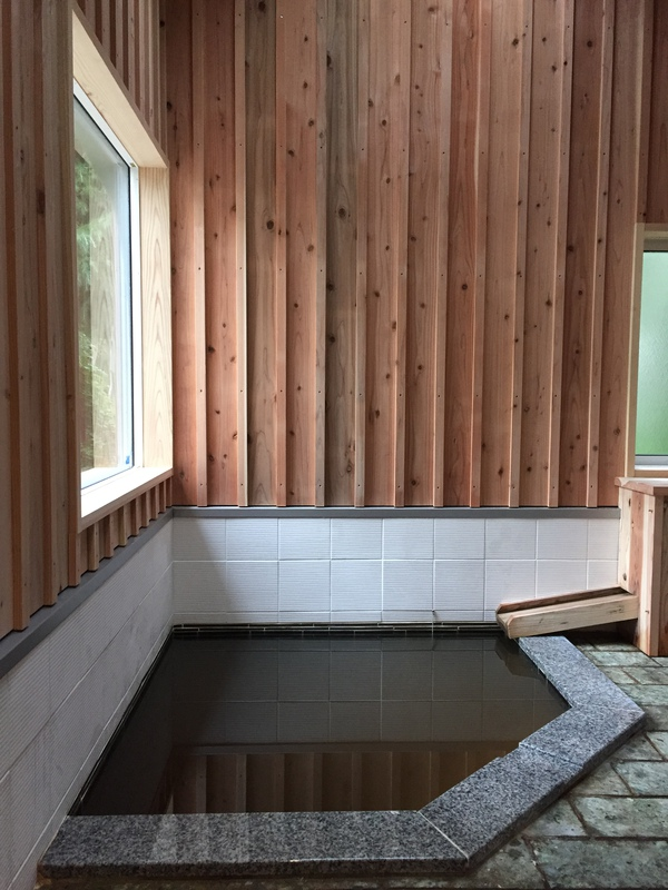 温泉付き内風呂はくんえんスギと石、タイルで。