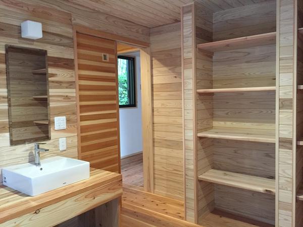 脱衣場は男女各1室。湯上がりもさっぱりと清々しい空間に。