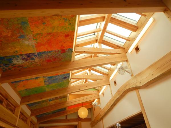 色とりどりに園児が描いた小川和紙は天井いっぱいに