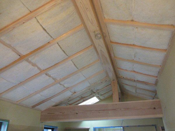 壁と天井は羊毛の断熱材を使用。もちろん化学物質はゼロです。