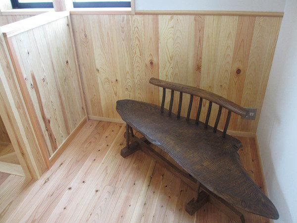 2Fライブラリーコーナーの流木からつくった椅子。