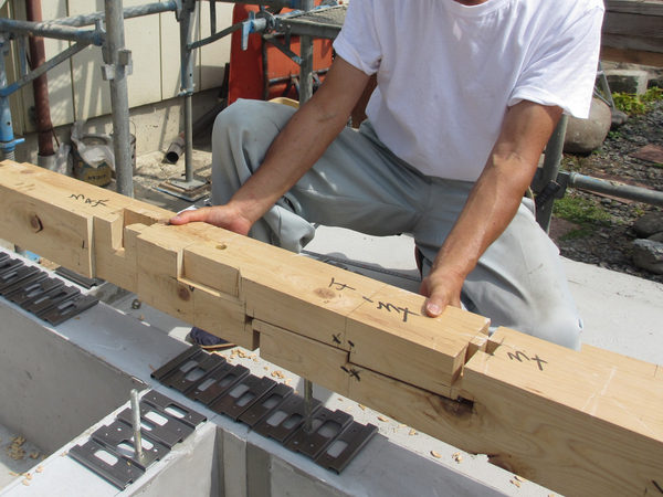 ヒバの土台。手刻みの伝統的な継手は大工さんの腕の見せ所です!