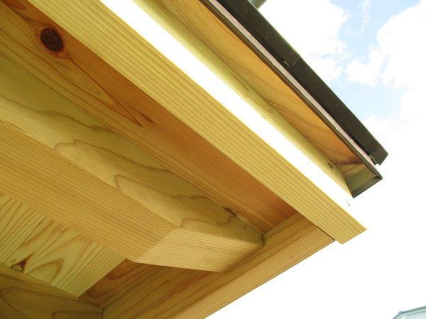 軒天は杉の化粧垂木仕上げ。 経年変化が待ち遠しいです!
