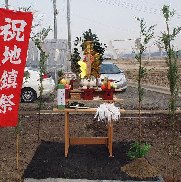 これから地鎮祭です。土地の神様、無事に完成しますようよろしくお願いします。