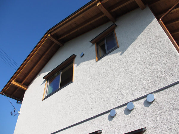外壁は白洲そとん壁の左官仕上げ。サイディングは使っていません。