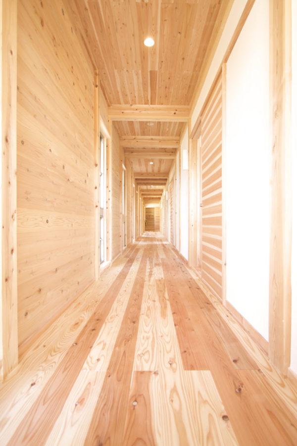 木の香りに囲まれて歩く廊下は格別です。