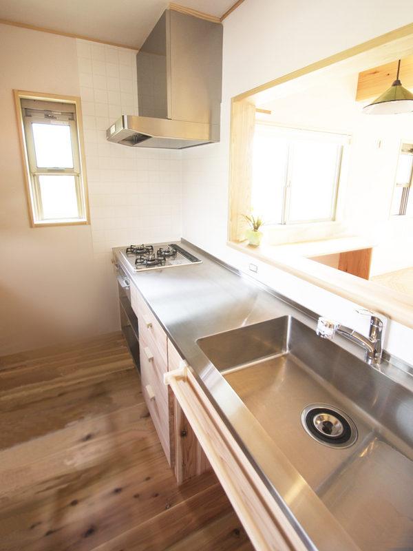 オリジナルの造作キッチン。シンク下をオープンにして収納スペースに。